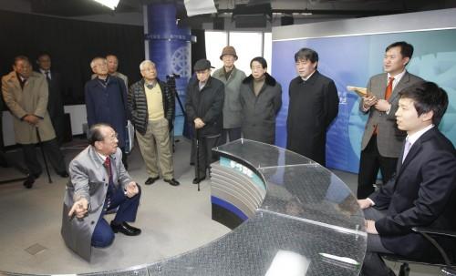 '동아방송을 생각하는 모임'회원들이 11월 28일 동아미디어센터 내 방송 스튜디오를 둘러보고 있다